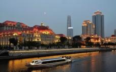 璀璨的海河建筑与游船图片