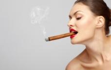 抽着香烟的女人图片