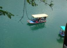 船在水中央图片