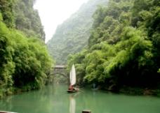 山谷泛舟图片